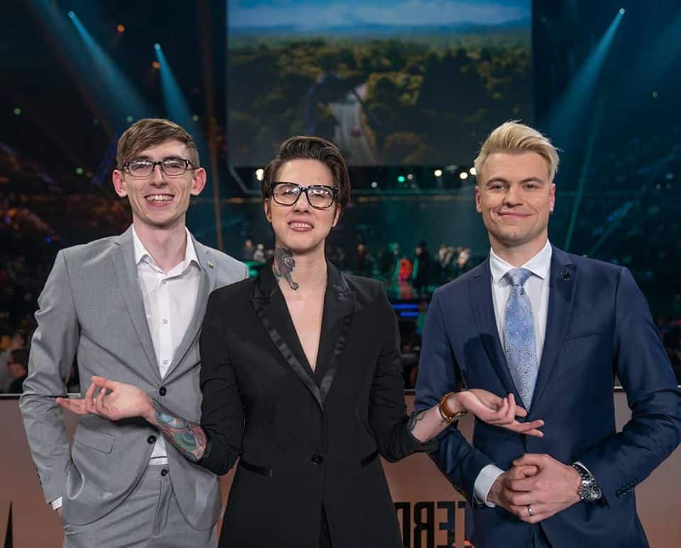 LEC Analysts Vedius, Froskurinn, and Quickshot taking a photo