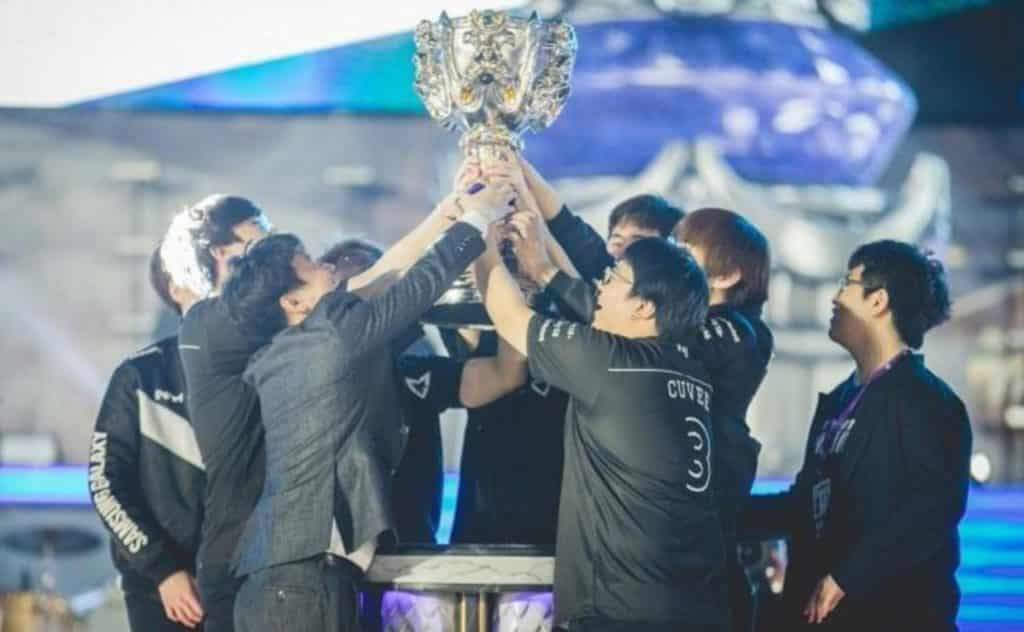 Samsung galaxy lifts up the trophy after winning Worlds 2017