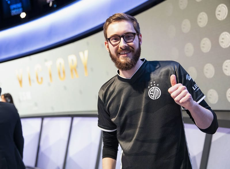 Bjergsen giving a thumbs up after winning