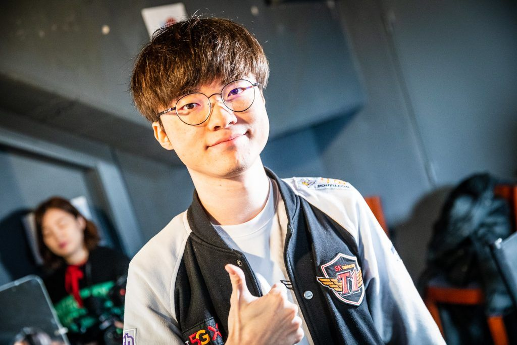 T1 Faker giving a thumbs up