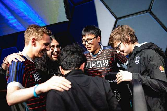 Doublelift, Licorice, Imaqtpie, and Sneaky huddling
