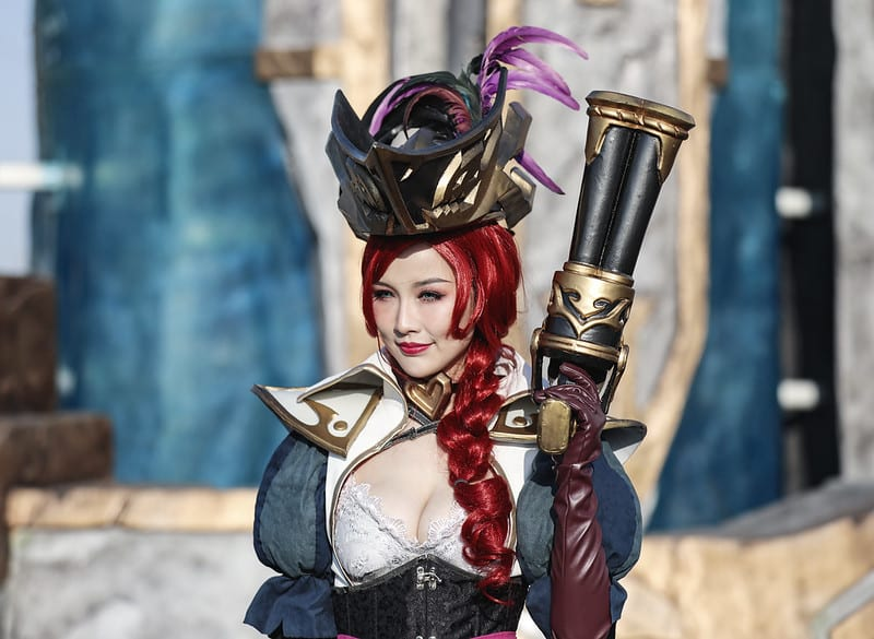 Woman cosplaying as Miss Fortune