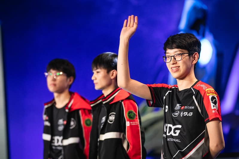 EDG Scout waving his hands to the crowd