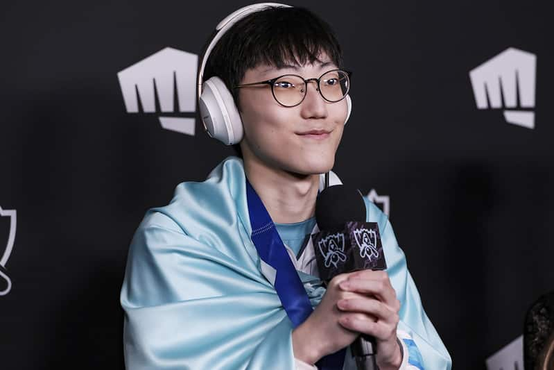 Nuguri wrapped in the Damwon Flag giving the biggest smile   best top laners