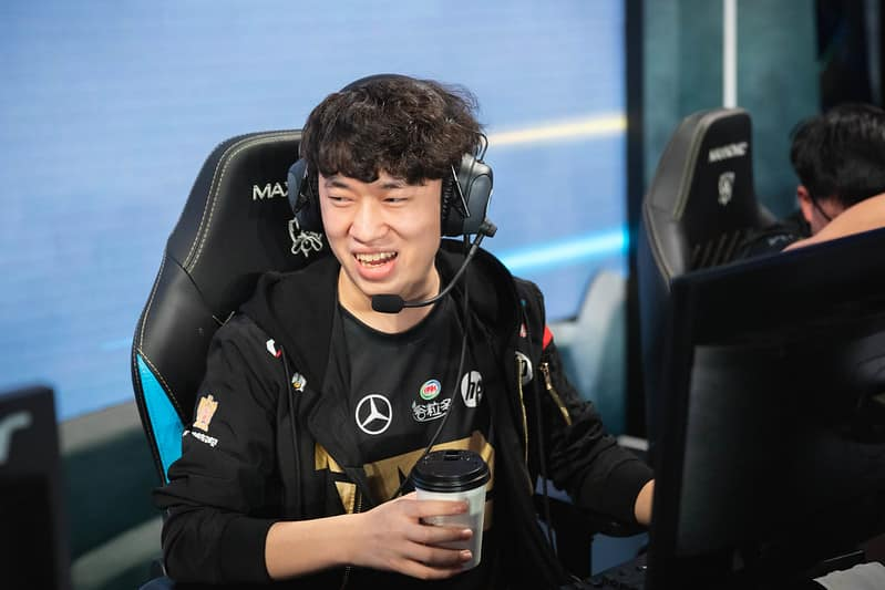 RNG Xiaohu drinking a cup of coffee