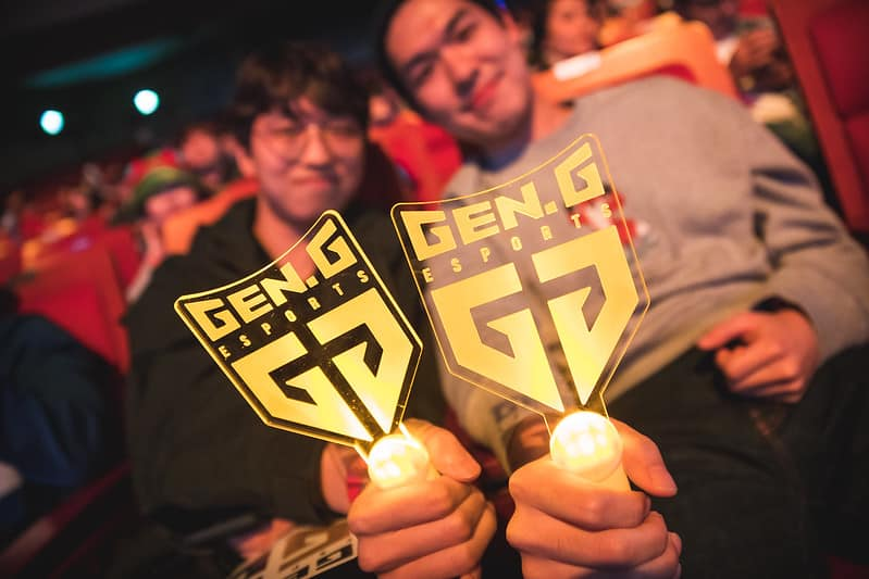 LCK fans holding Gen.G handfans