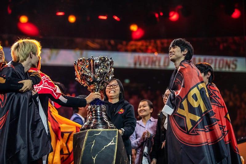 FunPlus Phoenix gathered around the Worlds Trophy