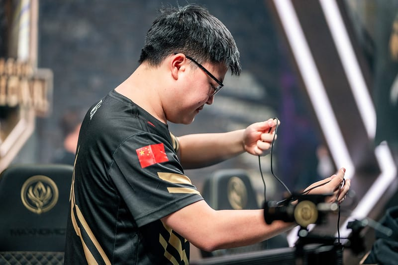 RNG Uzi packing up his mouse and keyboard
