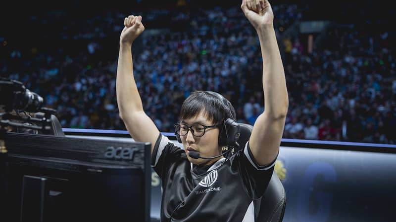 Doublelift raising his hands in victory - Esports Players Retirement