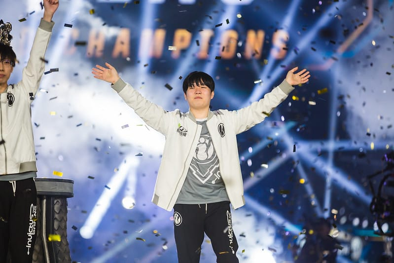 iG Rookie waving to the fans after winning Worlds 2018 - LPL Representatives Worlds