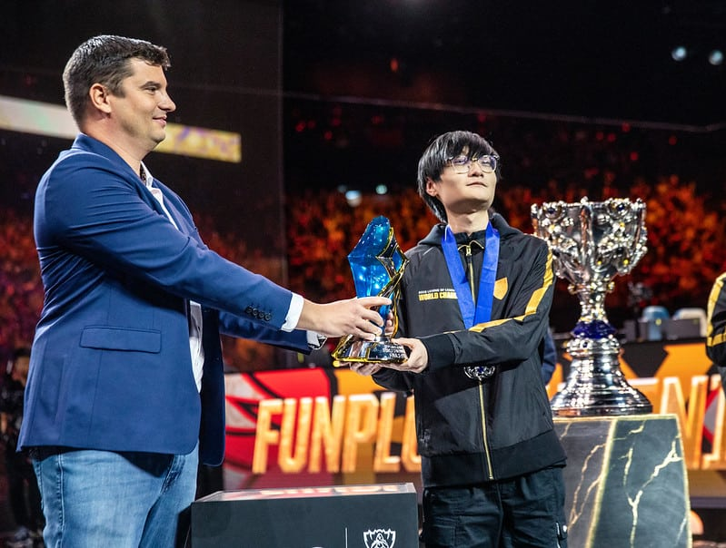 Riot Games giving FPX Tian an MVP Award - LoL Trash Talkers