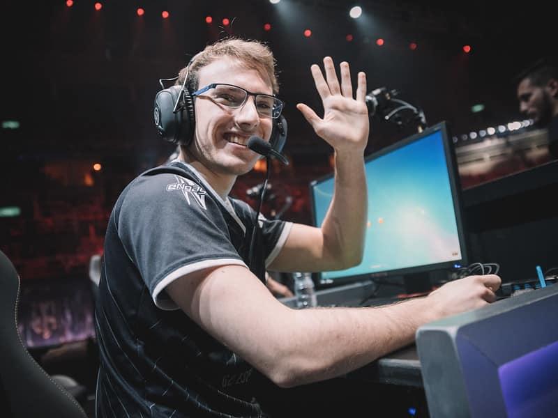 G2 Perkz waving his hand